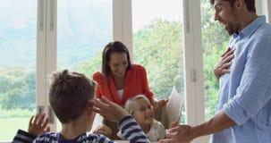 Rodzinny otwarcie karton przy nowym domem 4k zdjęcie wideo