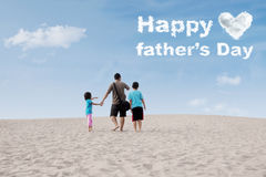 Rodzinny patrzeje ojca dnia tekst Zdjęcie Stock