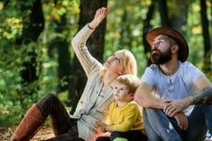 Rodzinny pinkin Macierzysty ojciec i ma?y syn siedzimy lasowego pinkin Dobry dzie? dla wiosna pinkinu w naturze Bada natur? zdjęcie stock