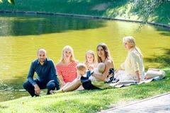 Rodzinny pinkinu Outdoors więzi relaksu pojęcie fotografia royalty free