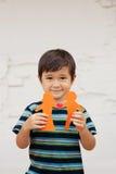 Rodzinny pojęcie z chłopiec trzyma up papierowego łańcuch kształtował jak tradycyjna para z sercem Obraz Stock