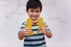 Rodzinny pojęcie z chłopiec trzyma up papierowego łańcuch kształtował jak tradycyjna para z sercem Zdjęcia Royalty Free