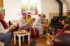 Rodzinny poranek bożonarodzeniowy Zdjęcia Royalty Free