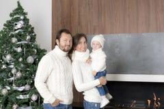Rodzinny portret blisko choinki Zdjęcia Royalty Free