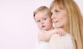 Rodzinny portret czułości matka i jej śliczna mała dziewczynka Zdjęcie Royalty Free