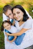 Rodzinny portret w parku. szeroki kąt obrazy stock