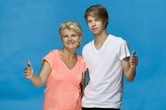 Rodzinny portret z ok gestem Uśmiechnięty matki i syna być ubranym zdjęcie stock