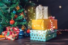 Rodzinny prezenta pudełko od Święty Mikołaj blisko choinki na święto bożęgo narodzenia Pojęcie sylwester magia Obrazy Royalty Free