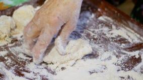 Rodzinny przepis, babci ` s ręki ugniata ciasto dla babeczek zdjęcie wideo