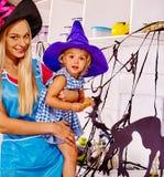 Rodzinny przygotowywa Halloween jedzenie Zdjęcia Royalty Free