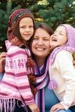 rodzinny przytulenie blisko choinki na ulicie Fotografia Stock