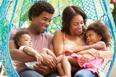 Rodzinny Relaksować Na Plenerowej ogród huśtawce Seat zdjęcia royalty free