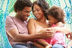 Rodzinny Relaksować Na Plenerowej ogród huśtawce Seat obraz stock