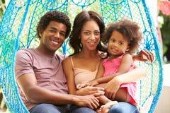 Rodzinny Relaksować Na Plenerowej ogród huśtawce Seat fotografia royalty free