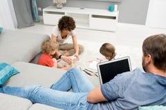 Rodzinny relaksować w domu obraz royalty free