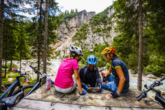Rodzinny rower jedzie w górach podczas gdy relaksujący na ławce c obrazy stock
