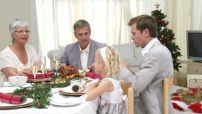 Rodzinny Siedzący puszek Bożenarodzeniowy gość restauracji zdjęcie wideo