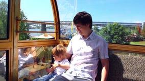Rodzinny spacer na Ferris koła przejażdżce zbiory wideo