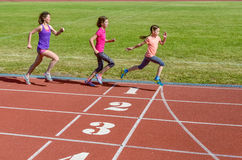 Rodzinny sport, matka i dzieciaki biega na, stadium śladzie, szkoleniu i dziecko sprawności fizycznej, Obrazy Royalty Free