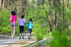 Rodzinny sport, szczęśliwa aktywny matka i dzieciaki jogging outdoors, Zdjęcia Stock