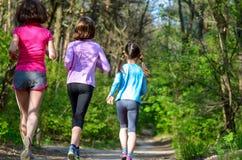 Rodzinny sport, szczęśliwa aktywny matka i dzieciaki jogging outdoors, Zdjęcie Royalty Free