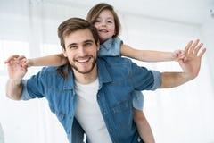 rodzinny szczęśliwy target2231_0_ Ojcuje i jego córki dziecka dziewczyna bawić się wpólnie Ojca ` s dnia pojęcie obrazy stock