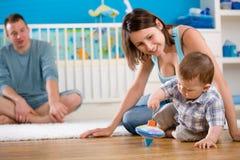 rodzinny szczęśliwy domowy bawić się Zdjęcie Stock