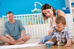 rodzinny szczęśliwy domowy bawić się Fotografia Stock