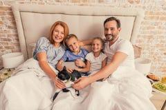 rodzinny szczęśliwy domowy target356_0_ zdjęcia stock