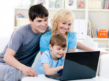 rodzinny szczęśliwy domowy używać laptopu Zdjęcia Stock