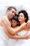 rodzinny szczęśliwy dosypianie wpólnie Zdjęcie Stock