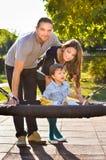 rodzinny szczęśliwy parkowy bawić się Zdjęcie Stock