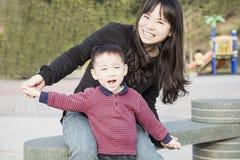 rodzinny szczęśliwy parkowy bawić się obraz royalty free