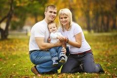 rodzinny szczęśliwy spacer Zdjęcia Royalty Free