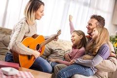 rodzinny szczęśliwy target2231_0_ Ładni potomstwa matki, córka pl i mąż, obrazy stock