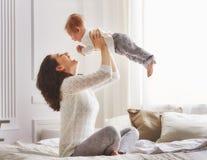 rodzinny szczęśliwy target2231_0_ Obrazy Royalty Free