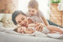 rodzinny szczęśliwy target2231_0_ Zdjęcia Royalty Free