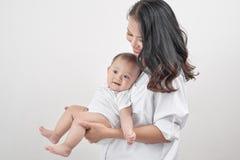 rodzinny szczęśliwy target2231_0_ Młodego uśmiechniętego macierzystego przytulenia roześmiany dziecko zdjęcia royalty free