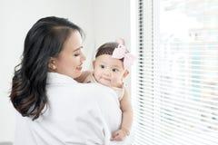 rodzinny szczęśliwy target2231_0_ macierzysty bawić się z jej dzieckiem w sypialni zdjęcie royalty free