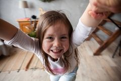 rodzinny szczęśliwy target2231_0_ Ojcuje i jego córki dziecka dziewczyna bawić się wpólnie Ojca ` s dnia pojęcie obrazy royalty free