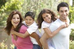 rodzinny szczęśliwy parkowy portret Fotografia Royalty Free