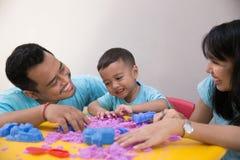 Rodzinny sztuka piasek z dzieciakiem w domu Zdjęcie Stock