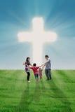 Rodzinny taniec przy krzyżem Fotografia Royalty Free