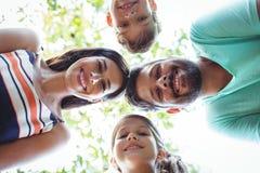 Rodzinny tworzy skupisko przeciw niebu fotografia royalty free
