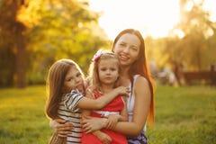 Rodzinny uściśnięcie obrazy royalty free