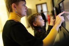 Rodzinny używa dotyka ekran obraz royalty free