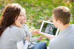 Rodzinny używa pastylka pecet Zdjęcia Royalty Free