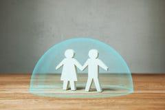 Rodzinny ubezpieczenie medyczne lub ochrona Rodzinne chwyt ręki pod ochronny pęcherzowym zdjęcie stock