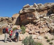 Rodzinny viewing petroglifów pokaz przy łuku NP Delikatnym Łękowatym śladem zdjęcie stock