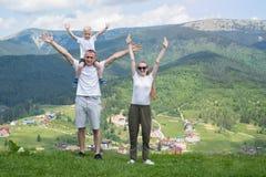 Rodzinny wakacje Rodzice z małym syna stojakiem z ich rękami Fotografia Royalty Free